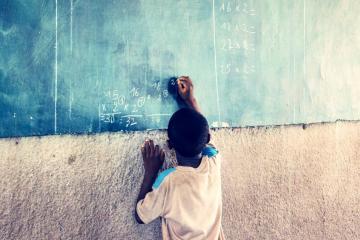 À chaque question du professeur, toutes les mains se lèvent et les doigts claquent pour répondre et passer au tableau. © Antoine Debontride