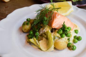 Pavé de saumon et légumes en plat principal : simple et efficace | © Yonder.fr