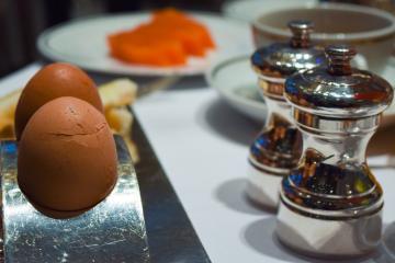 Oeufs à la coque servis au petit-déjeuner © Yonder.fr