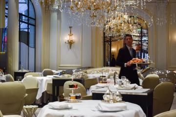Dans la salle du petit-déjeuner, la même qui héberge le restaurant gastronomique d'Alain Ducasse © Yonder.fr