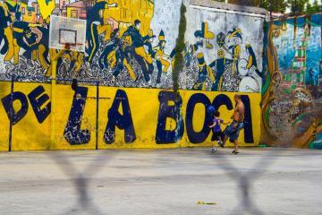 Père et son fils jouant au football – La Boca | © Cédric Aubert