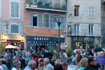Détente en terrasse dans le quartier historique marseillais du Panier, devenu touristique et très fréquenté ©Lamy