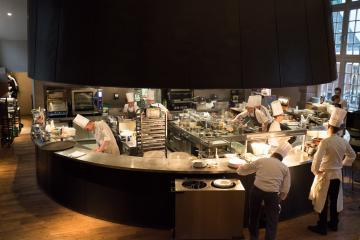 La cuisine ouverte où s'active la brigade du chef François Baur.