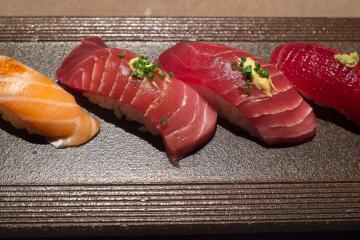 Nigiri de saumon, thon gras «chūtoro» et thon rouge mariné «akami zuke».