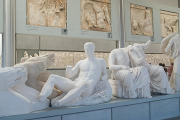 Si ces sculptures du fronton est sont si blanches, c'est parce qu'elles sont en plâtre. Les originales sont toujours au British Museum...
