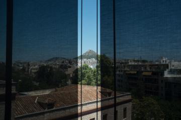 Le Lycabette à travers les larges baies vitrées du dernier étage du Musée de l'Acropole.
