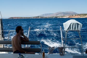 Crème solaire de rigueur même si l'arrière du bateau offre une ombre bienvenue.