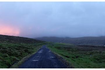 Route près de Miðvágur sur l'île de Vágar.