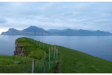 Vue depuis les hauteurs de Gjògv, en suivant le sentier qui part juste derrière la guest house. L'île juste en face est Kalsoy.