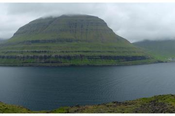 Vue panoramique du Funningsfjørður à Eysturoy.