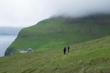 En revenant vers Trøllanes, visible à l'arrière-plan.
