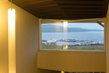 Le port de Tórshavn visible depuis une fenêtre dans un couloir de l'hôtel Føroyar.