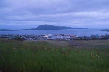 Tórshavn et au fond l'île de Nolsoy, vus depuis l'hôtel Føroyar.