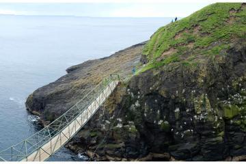 Le pont qui relie Mykines au Mynineshólmur.