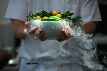 Présentation ultra-contemporaine pour la cuisine moléculaire 2-étoiles de Funky Gourmet. | © Funky Gourmet