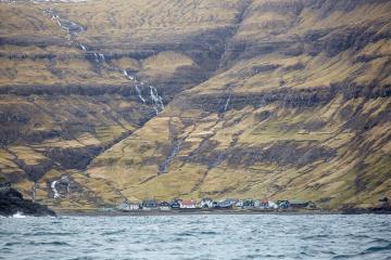 Tjørnuvík vu depuis la mer. © Visit Faroe Islands / Erik Olsson