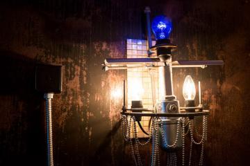 Les chandeliers de Heinz Julen, entre design industriel et néo-baroque. © Yonder.fr