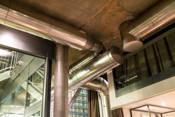 Verre, métal, béton : la composante néo-industrielle du design de l'hôtel. © Yonder.fr
