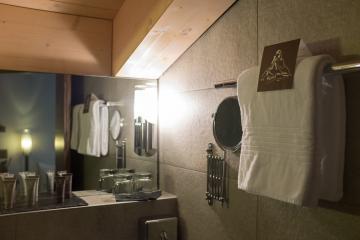 La salle de bain de notre chambre supérieure. Aménagement agréable et fonctionnel, qui tire au mieux profit de l'espace. © Yonder.fr