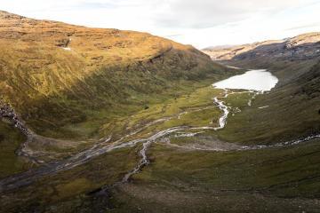 Bajimus Gordsajávri, le plus grand des lacs glaciaires qui occupe la vallée de Kårsa, vu du nord-ouest.
