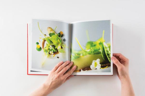 Livre de recettes du restaurant Hertog Jan, l'un des restaurants triplement étoilés par le Michelin près de Bruges © Kristof Vrancken