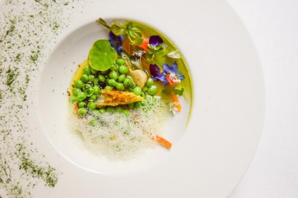 Petits pois / fèvettes brousse de Roves des Garrigues / extraction des cosses vinaigrette tiède de truffe © Yonder.fr