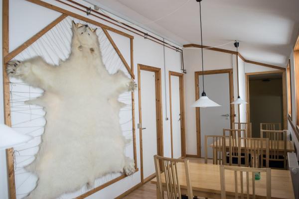 Peau d'ours tendue dans la salle à manger de la Red House.