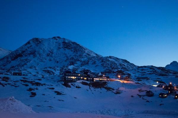 L'hôtel Ammassalik dans la nuit.