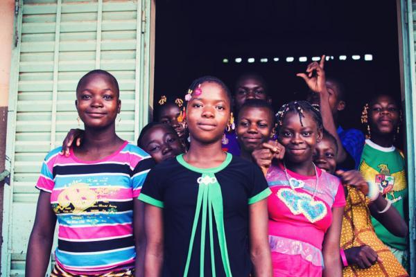 D'anciennes élèves du village de Dindéresso, maintenant collégiennes, viennent aider les candidats durant le séjour. Elles s'occupent notamment de préparer les différents repas. © Antoine Debontride