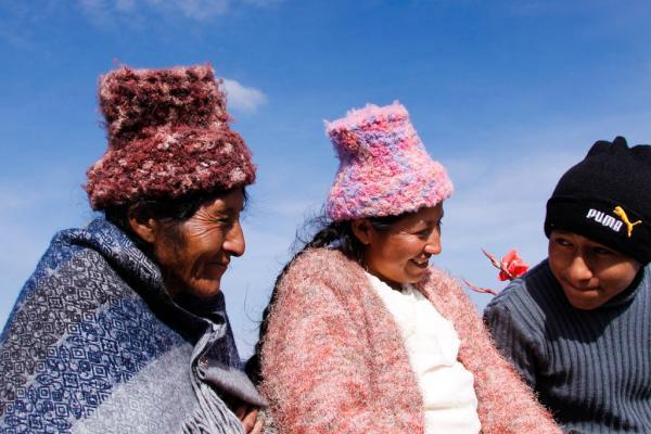 Trois générations, sur le Lac Titicaca. © Cédric Aubert