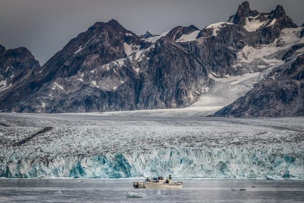 Des pêcheurs devant le front du glacier Knud Rasmussen, à l'extrémité du fjord de Sermiligaaq. Le village du même nom est situé une vingtaine de km plus au sud. © Mads Pihl / Visit Greenland