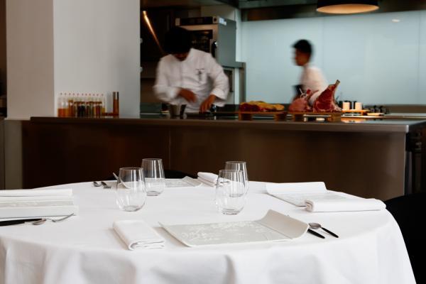 Décor sobre et cuisine ouverte dans la salle à manger © Pages