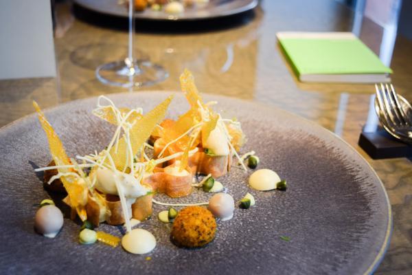 A 't Zilte, le chef Vicky Geunes imagine une cuisine visuellement spectaculaire, comme en témoigne ce dessert magnifique © Yonder.fr