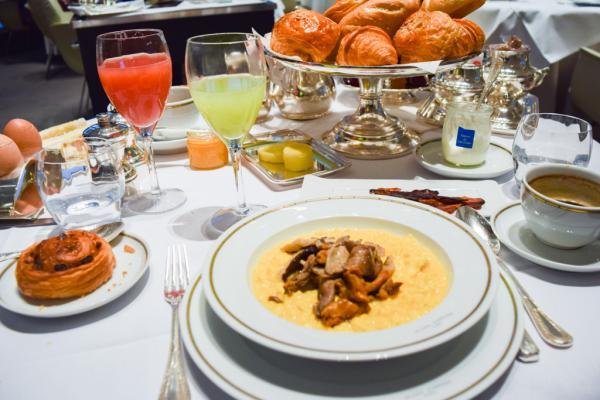 Le copieux petit-déjeuner américain du Plaza Athénée © Yonder.fr