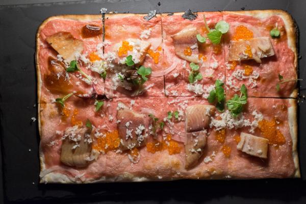 La tarte flambée à la truite fumée qui s˚agrémente d'une crème de betterave et d'oeufs de poisson volant.