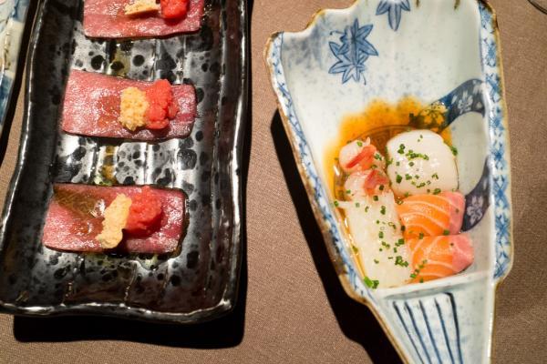 Usuzukuri «Pa amb Tomaquet» (gauche) ; coquille Saint Jacques, saumon, calmar, crevette nordique «amaebi» (droite).