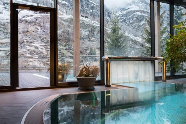 Le bassin intérieur communique avec un second à l'extérieur pour respirer l'air frais tout en restant bien au chaud ! © Yonder.fr