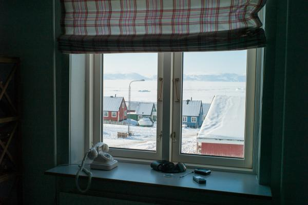 La plupart des maisons ont une vue directe sur la banquise où l'on peut voir les chasseurs partir et revenir en traineau.