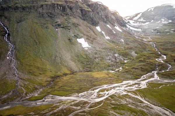 L'extrémité de la vallée de Kårsa avec le glacier au fond à droite. Les cours d'eau en tresse ou anastomoses sont liés aux sédiments rejetés par le glacier.