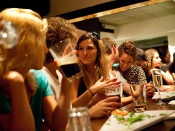 Partout à Tel -Aviv on peut boire des verres dans des cafés bruyants et accueillants.© Flickr CC Israel Tourism