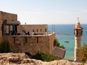 Sublime café à ciel ouvert à Yaffo pour boire un thé à la menthe. © Flickr CC Israel Tourism
