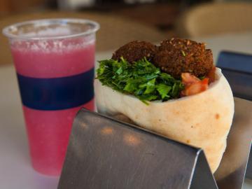 Le déjeuner ou dîner typique israélien : une pita avec falafel et un jus frais.  © Flickr CC Israel Tourism