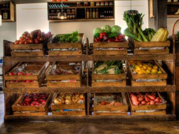 Bacs de légumes dans un supermarché du centre © Flickr CC Israel Tourism
