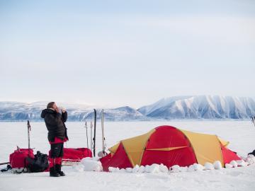 Sur le chemin du retour nous croisons une équipe de Norvégiens qui s'est fixé comme objectif de traverser la calotte glaciaire pour rallier la côte est. Leur aventure tournera malheureusement court après que l'un deux se soit cassé une jambe.