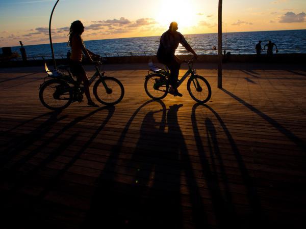 Les vélos sur la tayelet : une activité typique de jour comme de nuit. © Flickr CC Israel Tourism