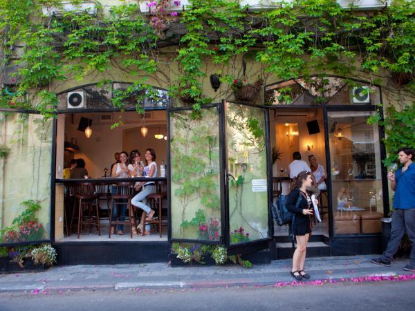 Un café cosy et branché de Neve Tsedek. © Flickr CC Israel Tourism