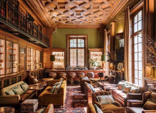 Nouveau décor, nouveau chef et nouveau jardin, le Saint James Paris, club privé et hôtel 5-étoiles s'offre une cure de jouvence pour sa réouverture début septembre. Tour du propriétaire.