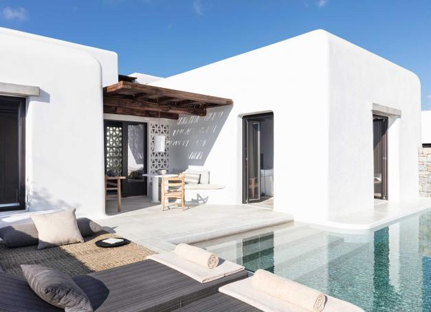 Seulement 27 clés dominent une baie en dehors des radars au Kalesma Mykonos, sans doute l'un des nouveaux hôtels les plus remarquables des Cyclades. Visite en images de l'adresse qui a ouvert ses portes blanches en mai 2021.