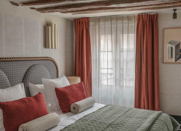 Rue des Commines dans le Haut-Marais, le Sookie, nouveau boutique-hôtel 4-étoiles, possède 31 chambres au décor chaleureux et un coffee shop en guise de lobby.