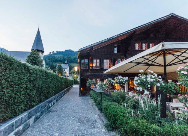 Destination gourmande des Alpes suisses, Gstaad attire les épicuriens pour la richesse de son paysage gastronomique. Tables étoilées, restaurants traditionnels, cuisines du monde… Avec une vue époustouflante sur les montagnes !